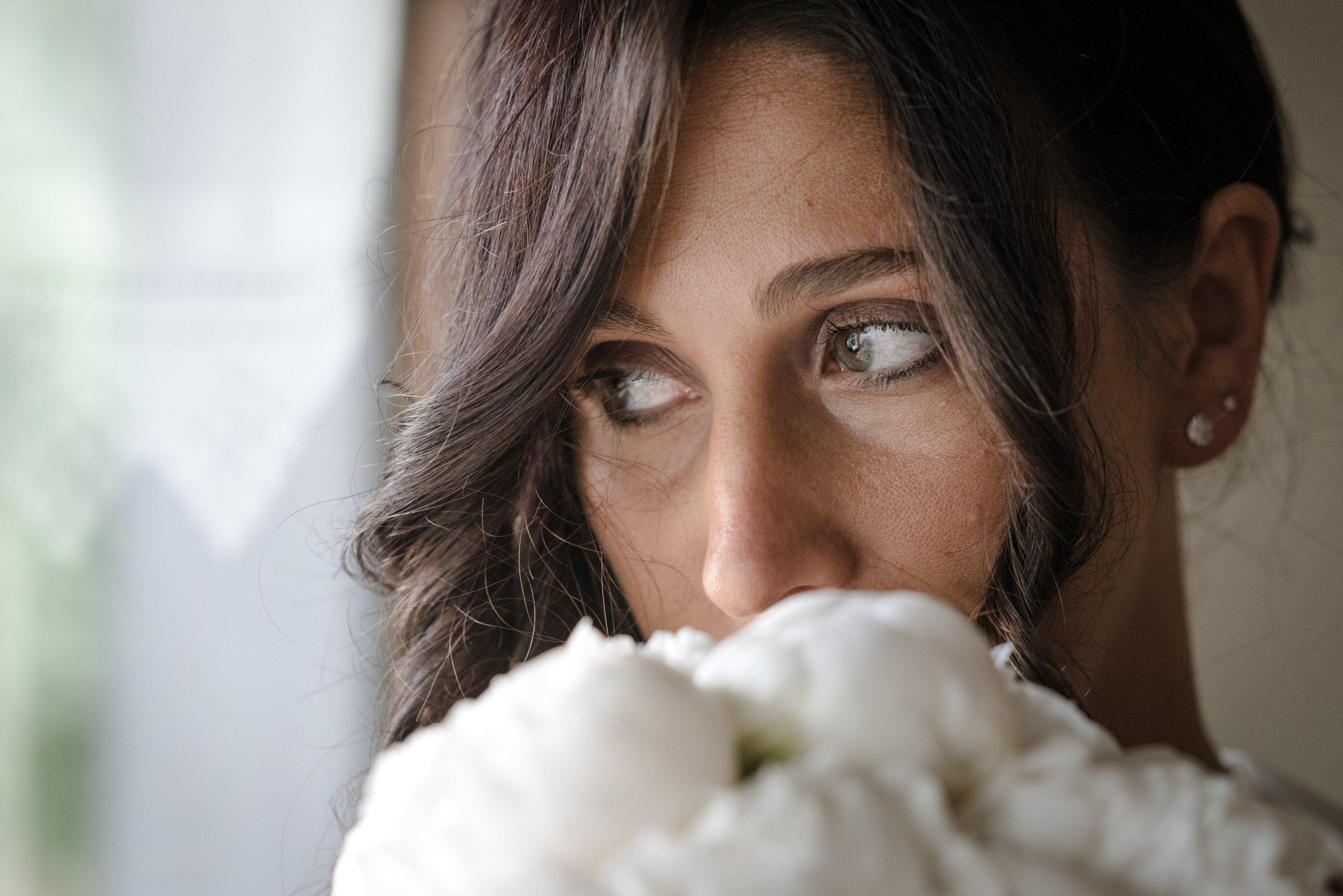 sposa con bouquet fiori bianchi la sposa felice