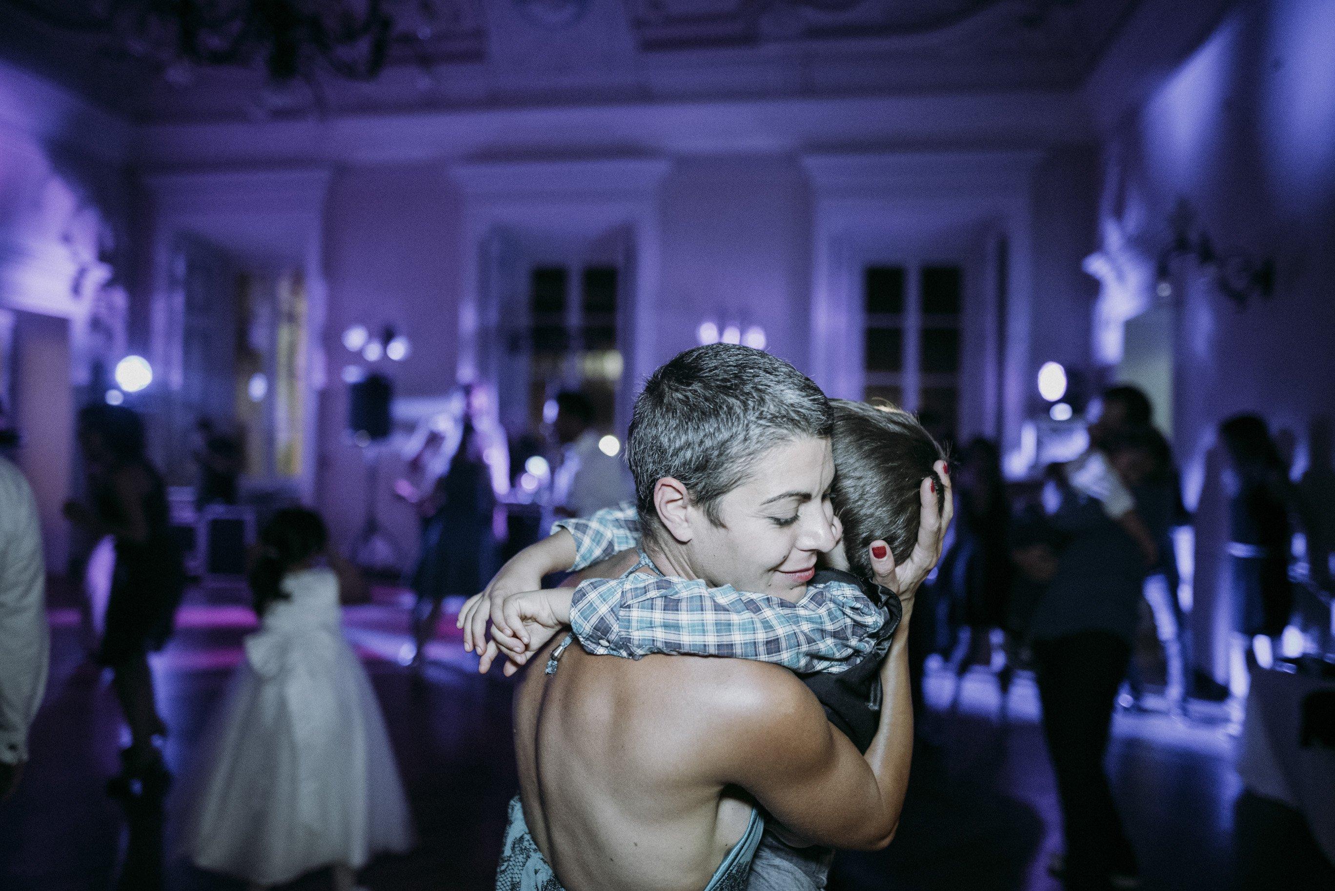 mamma e figlio che ballano