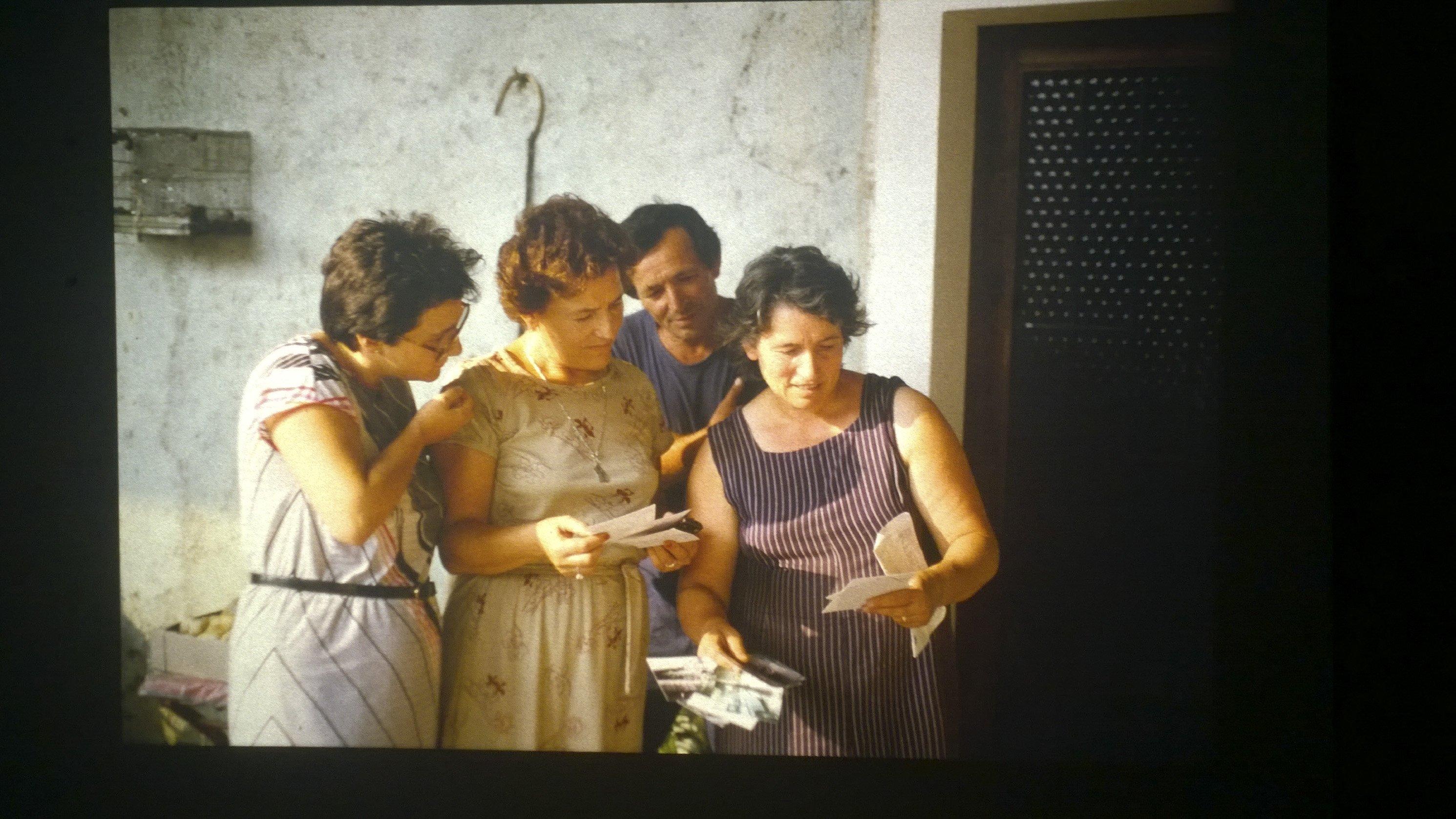 gruppo guarda fotografie importanti