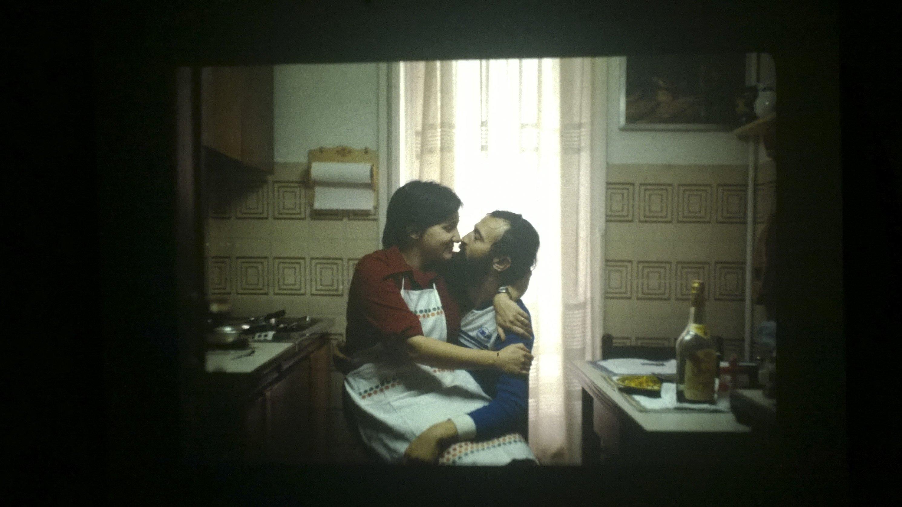 coppia che si bacia in cucina quanto vale una fotografia